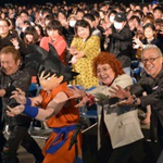 Goku's Voice Actor + 1000 Fans Do A Kamehameha