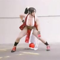 Male Cosplayer Performs Mai Shiranui Moves in Costume